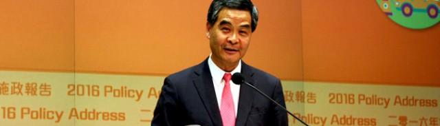 2016年の施政報告を終え、メディアの撮影の応える梁振英・行政長官(写真:『香港ポスト』)